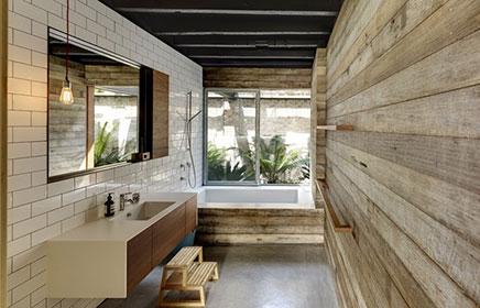 Stoere badkamer van industriële villa