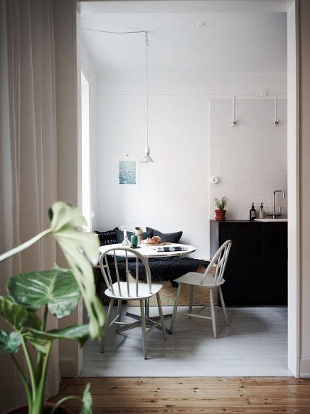Stoere keuken met een kleine gezellige eethoek inrichting - Tafel stockholm huis ter wereld ...