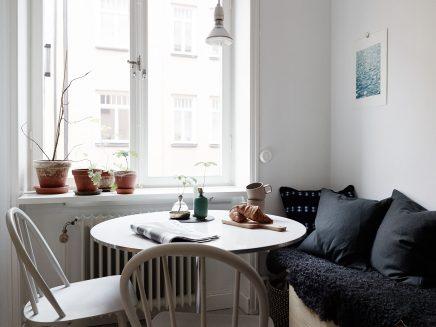 Stoere keuken met een kleine gezellige eethoek inrichting huis