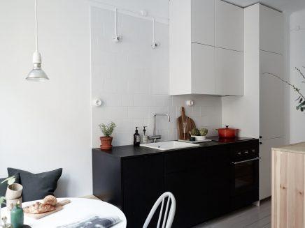 Stoere keuken met een kleine gezellige eethoek inrichting - Kleine keuken met eethoek ...