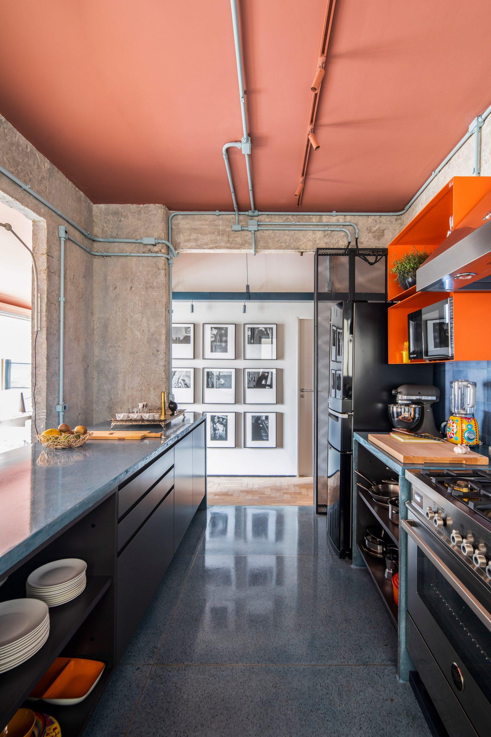 stoere keuken roze plafond