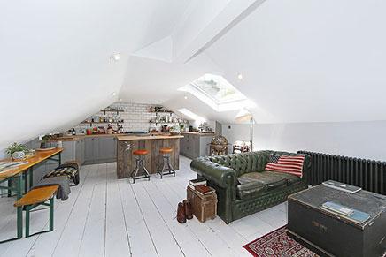 Stoere woonkamer inrichting op zolder