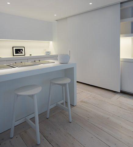 Strakke moderne witte keuken