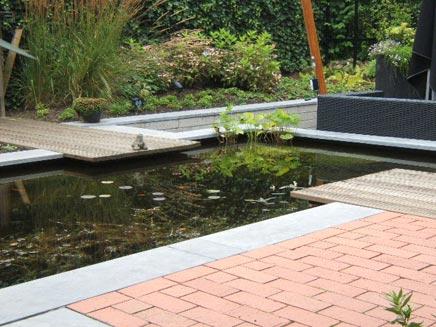 Enge Garten mit einem Teich von Berthe
