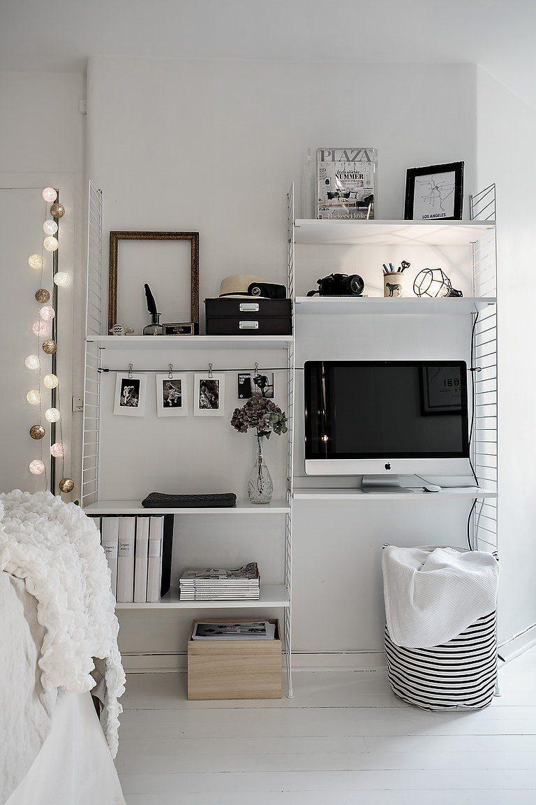 Witte Slaapkamer Met Open Kledingkast En Werkplek