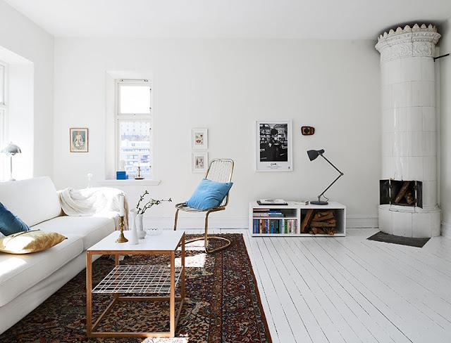 Een witte bank, een mooi licht plaid, een paar gekleurde kussens. Kijk ...
