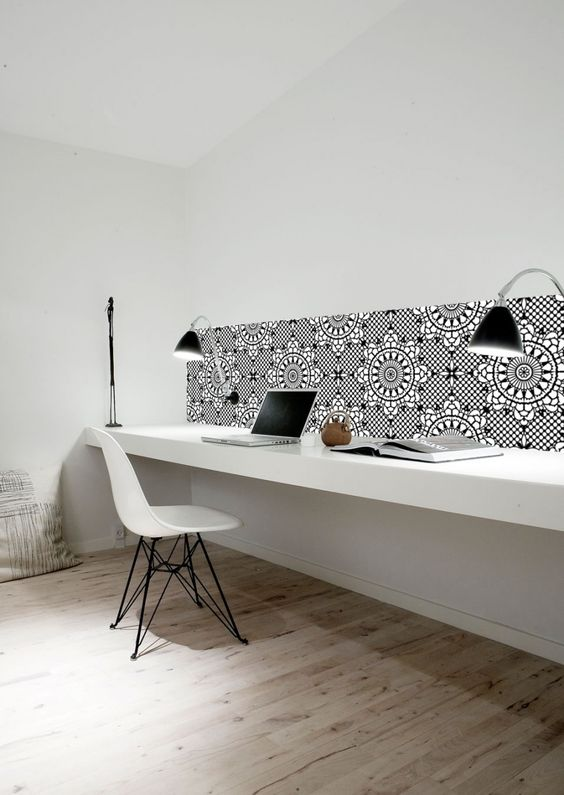 tegels-wand-boven-bureau-werkplek