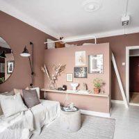In dit kleine appartement van slechts 23m2 met terracotta muren is een inloopkast ingericht!