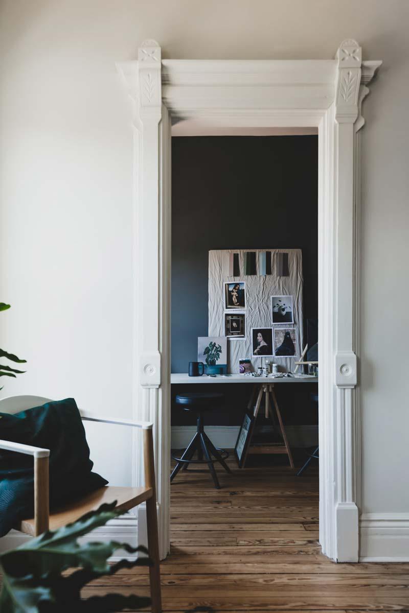 thuiskantoor blauwe muur