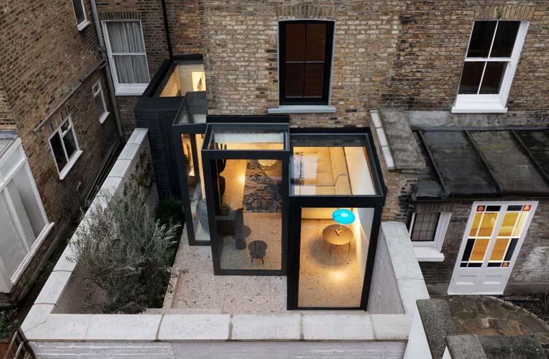 trapvormige glazen uitbouw