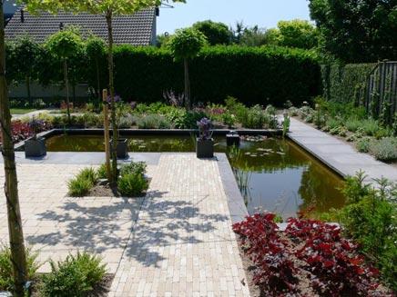 Tuin met een mooie strakke vijver inrichting for Moderne vijvers foto s