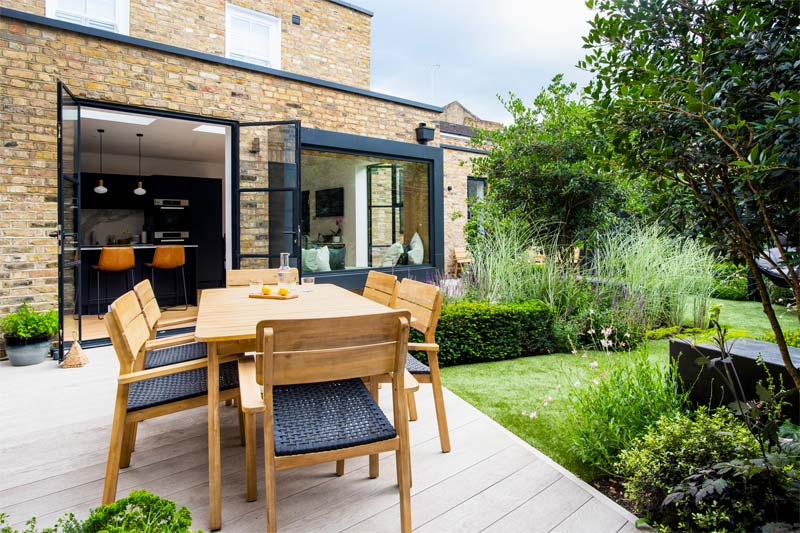 tuin voorbeelden geometrische tuin houten vlonders terras