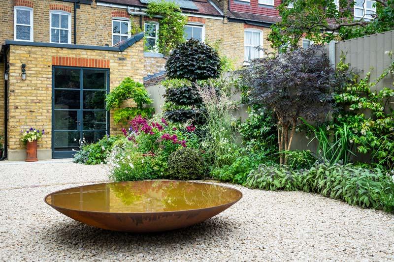 tuin voorbeelden grindtuin cortenstalen waterornament