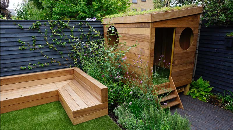tuin voorbeelden kindvriendelijke tuin houten bank speelhuisje