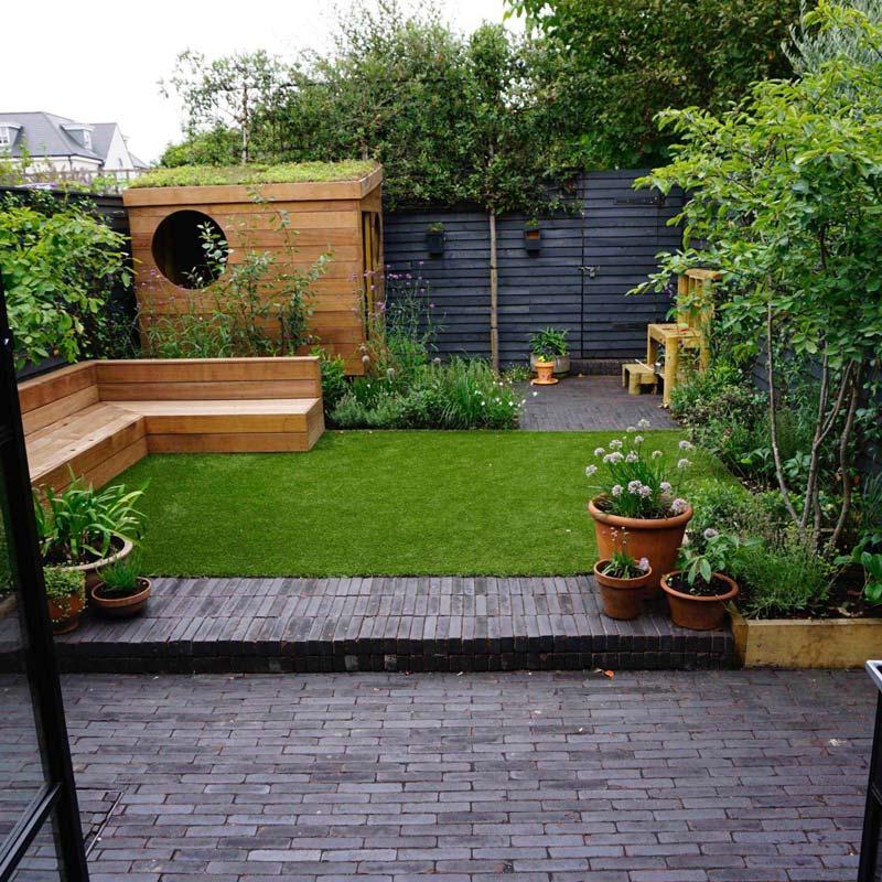 tuin voorbeelden kindvriendelijke tuin speelhuisje sedumdak