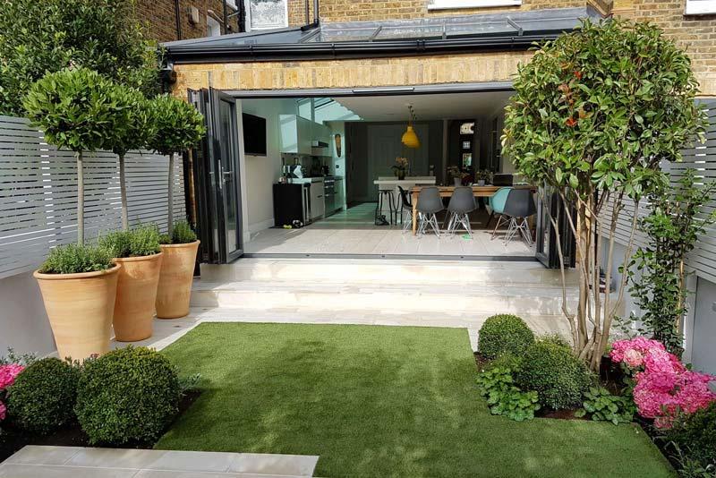 tuin voorbeelden moderne tuin met kunstgras en tegels combineren