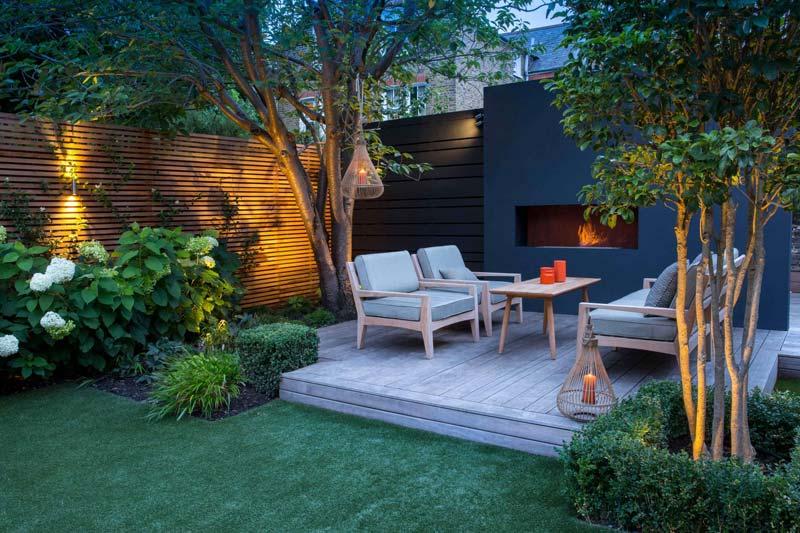 tuin voorbeelden sfeervolle tuin terras stoelen tuinhaard stoelen