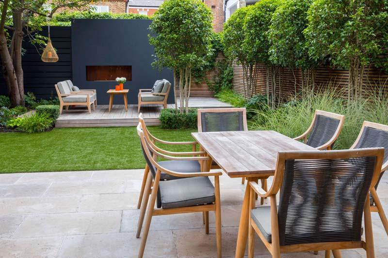 tuin voorbeelden stenen terras houten tuintafel stoelen