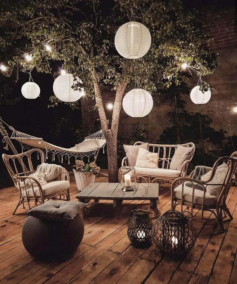 tuinverlichting inspiratie lampionnen onder boom
