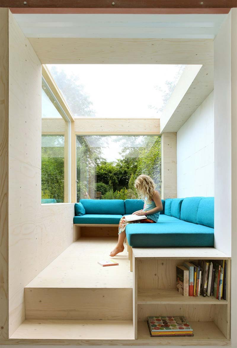 turquoise kleur interieur kussens op houten bank