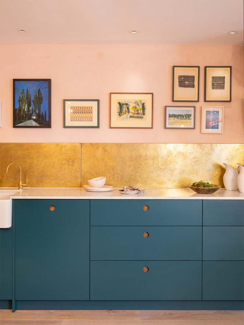 turquoise kleur keuken gouden keuken achterwand roze muren