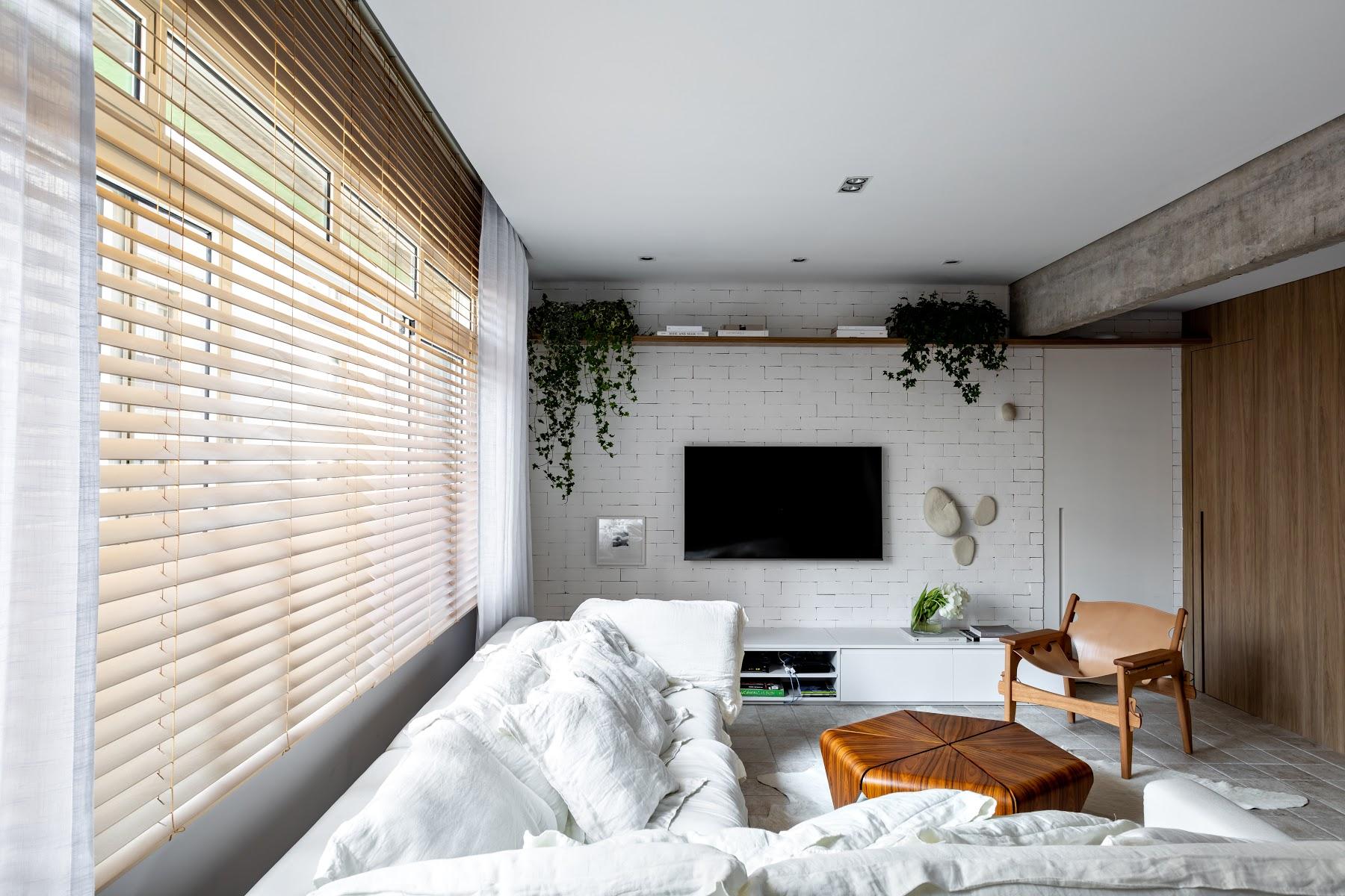 tv aan de witte stenen muur woonkamer