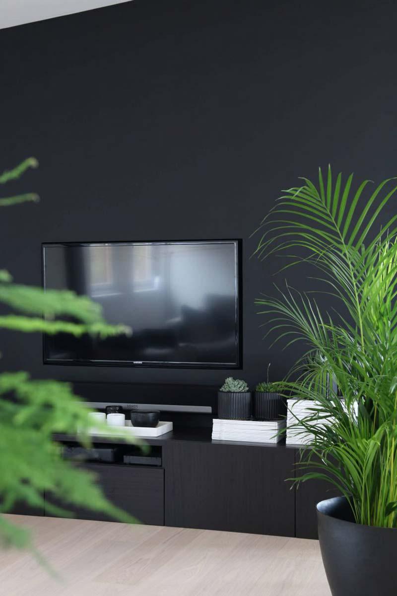 tv aan zwarte muur