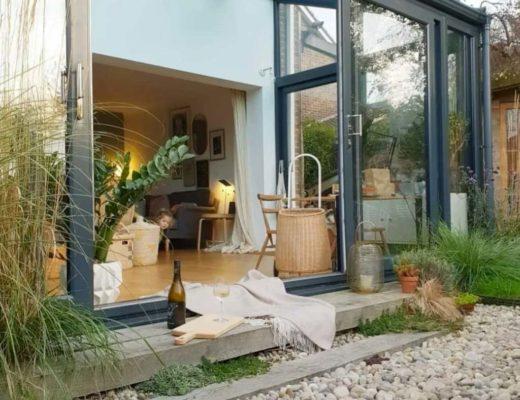 Uitbouw met een glazen tuinoverkapping