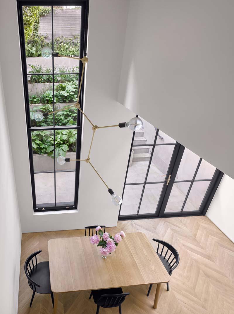 verticale uitbouw grote hoge raam stalen kozijnen