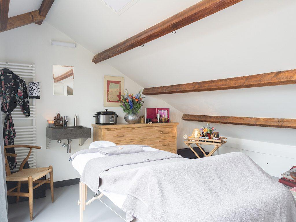Vervallen zolder verbouwd tot massagesalon met dakterras