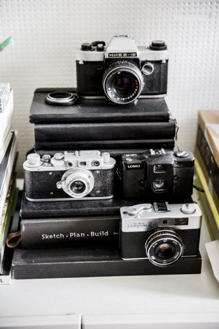 Verzameling fotocamera's in woonkamer