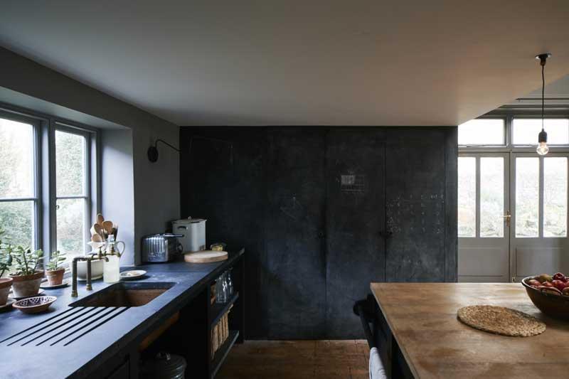 Vide woonkeuken met krijtbord muur
