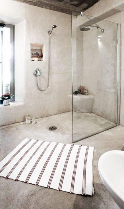 Vierkante vloerkleed in badkamer