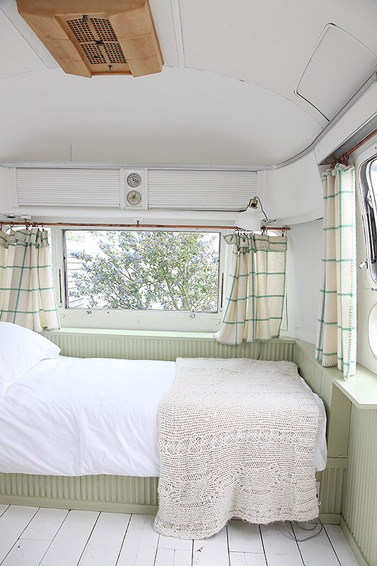 Vintage caravan in de tuin als logeerkamer