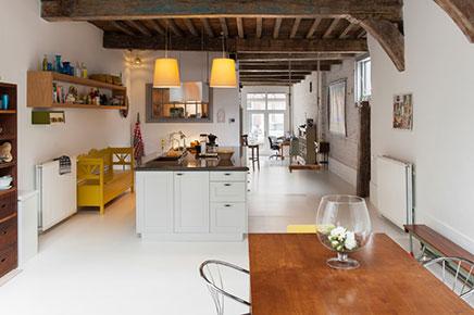 houten eettafel en een houten kast in de keuken de grote open keuken ...