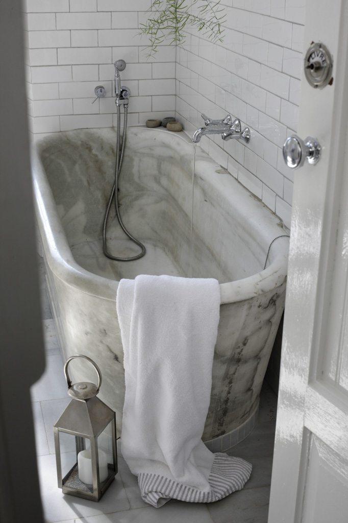 Vrijstaand marmeren bad