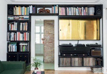 Wandkast rondom deur in woonkamer