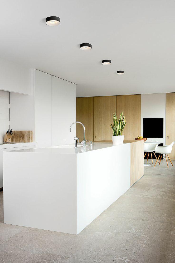 Wit en hout in de keuken fris anders en toch warm inrichting - Witte keuken en hout ...