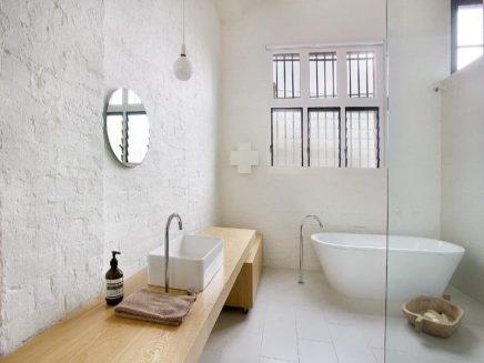 Witte badkamer van verbouwd pakhuis | Inrichting-huis.com