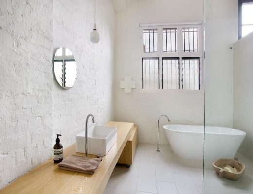 Witte badkamer van verbouwd pakhuis