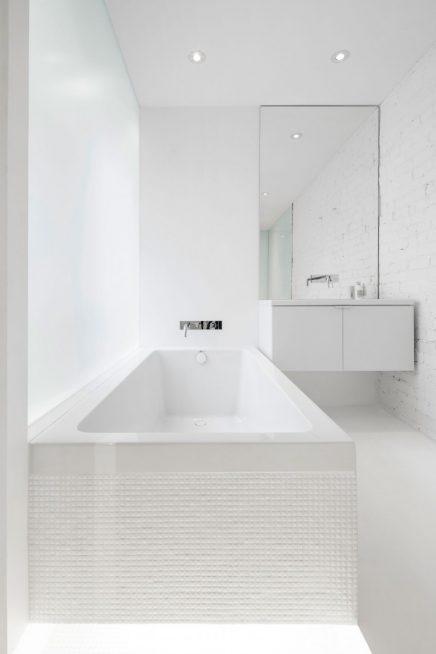 Witte badkamer met verschillende materialen