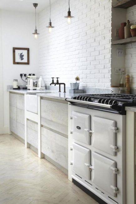 Witte bakstenen muur keuken