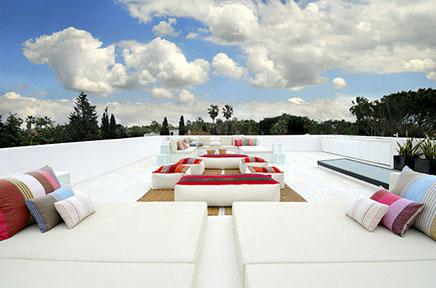 Witte dakterras van grote villa in Spanje