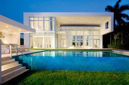 Witte droomhuis in miami beach inrichting for Mansiones minimalistas