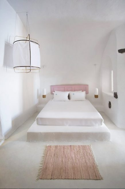 Witte gekalkte slaapkamer