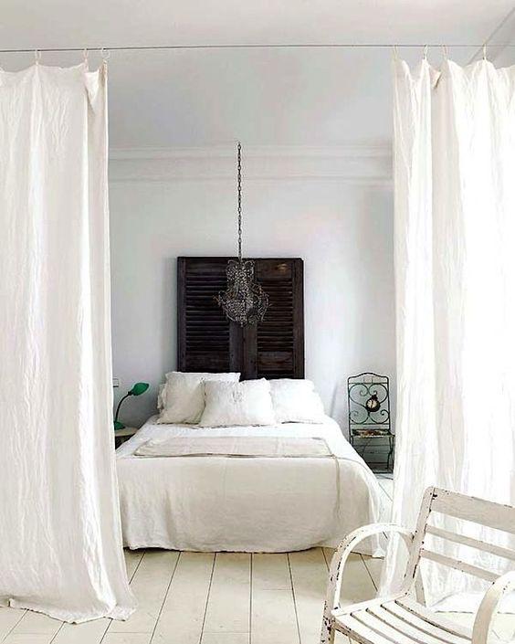 witte-gordijnen-roomdivider-slaapkamer