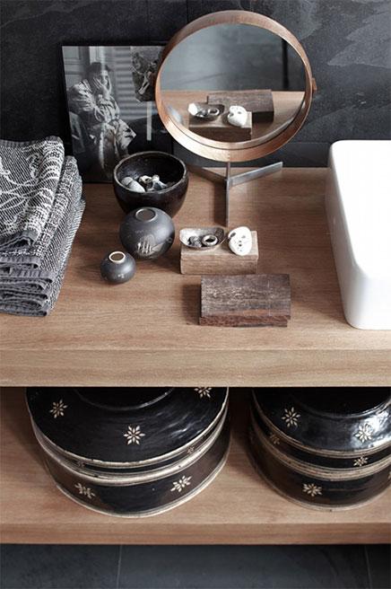Witte, grijze en houten accenten in badkamer