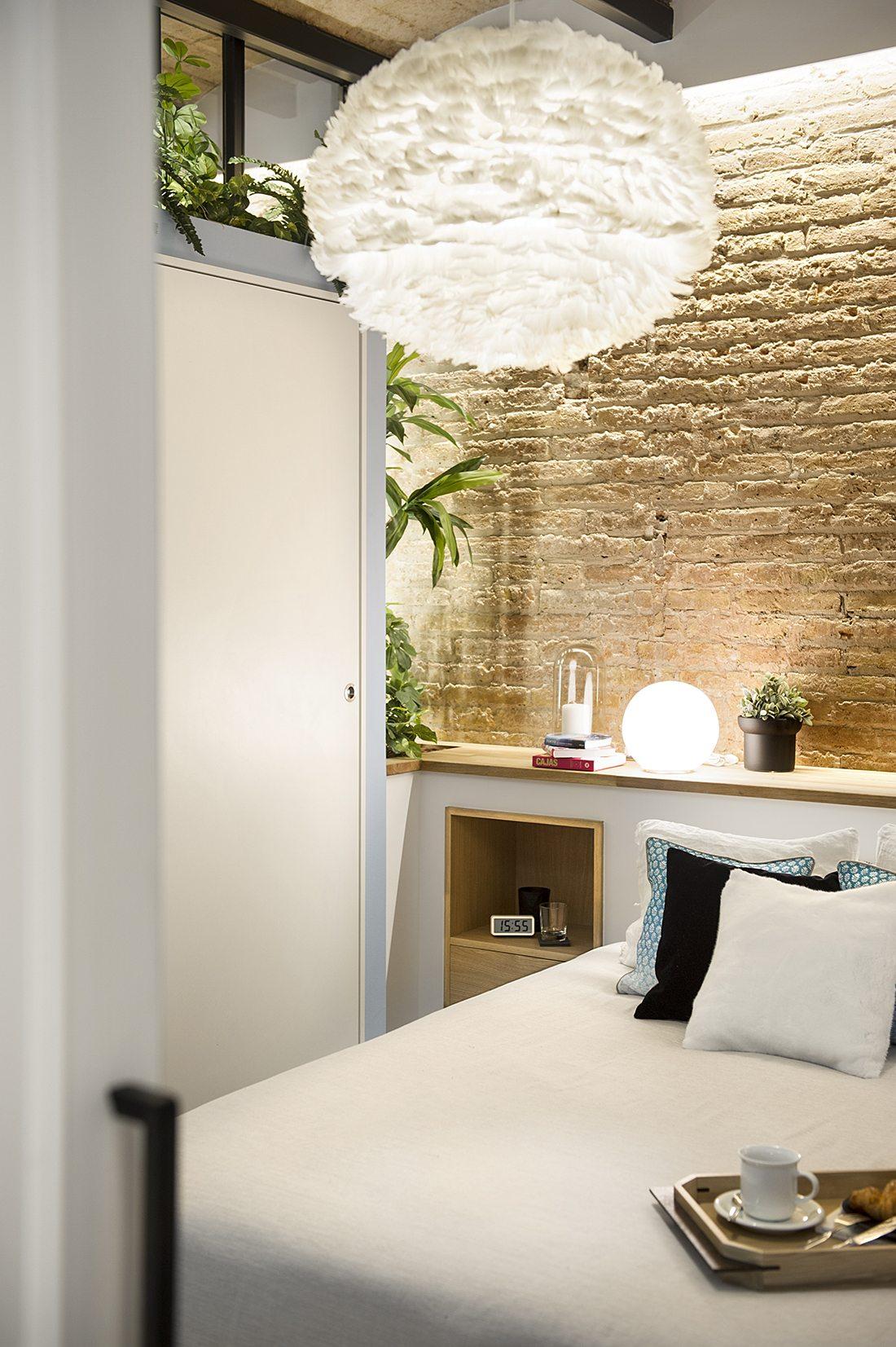 witte-hanglamp-boven-bed