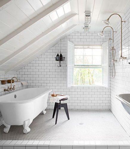 Witte houten balken in badkamer
