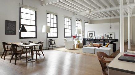Witte houten balken in woonkamer